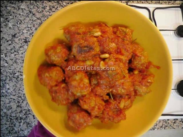 Las albóndigas con tomate y frutos secos